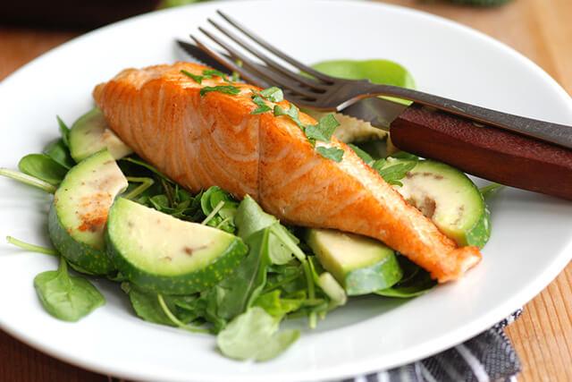 魚とアボカドの料理