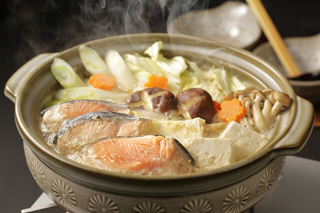 鮭や野菜が豊富な鍋