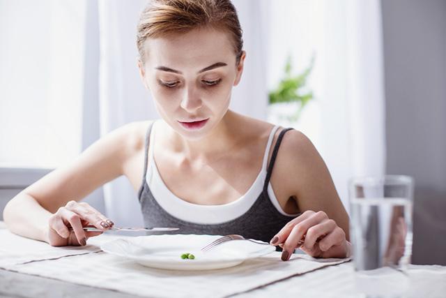 朝食を抜いて痩せ細っている女性