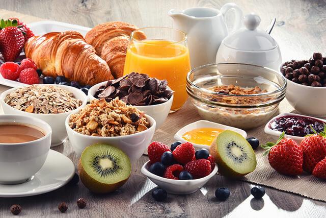 朝食(フルーツやシリアル)