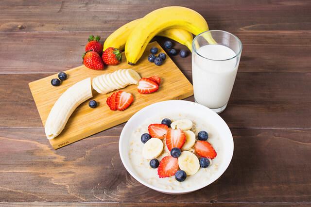 バナナとヨーグルトと果物